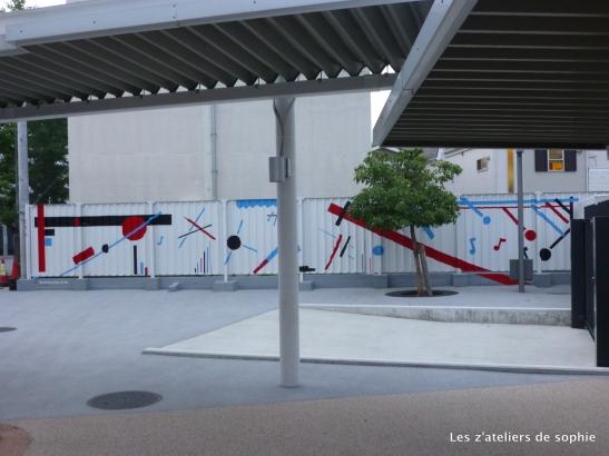 fresque dans la cour du primaire du Lycee Francais Interanational de Tokyo (projet pour CM1)