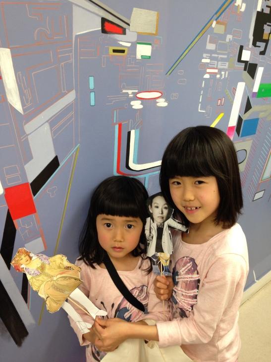 La princesse aux boucles d'oreilles par Miko (5 ans) et la belle aux jambes de verre par Kiko, sa soeur.