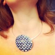 Pendentif en ceramique sur anneau argent. Ceramic pendant on silver neckless ring.