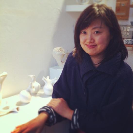 Jin Su-kyung, dans sa galerie-atelier, Galerie Hayasaki, 12-14 rue des Jardins saint-paul, Paris 4. The korean artist has shared with me some of the secrets of Porcelain! Thanks Jin:)